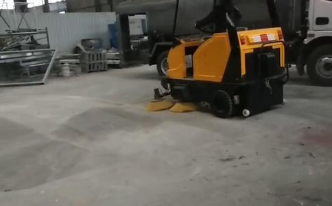 三轮五刷半封闭扫地车视频