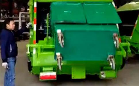 8方压缩垃圾车可翻660L的垃圾桶工作视频视频
