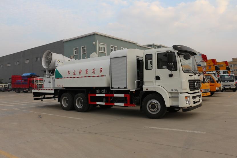 """"""" 俗称""""雾炮车""""的多功用抑尘车,在郑州街头喷雾降尘。"""