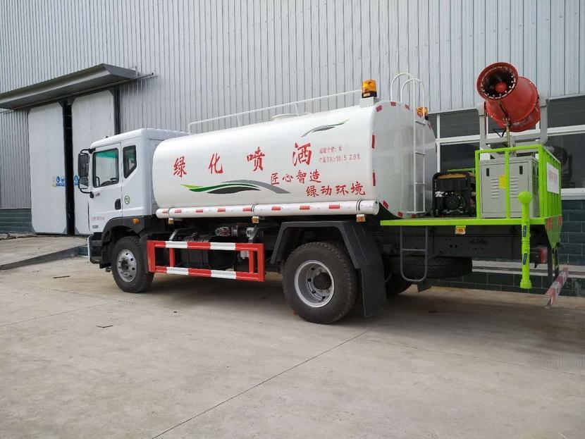 1米,一次能装下14吨水,喷洒射程可达120米,喷洒高度45米,面积50万平方米。