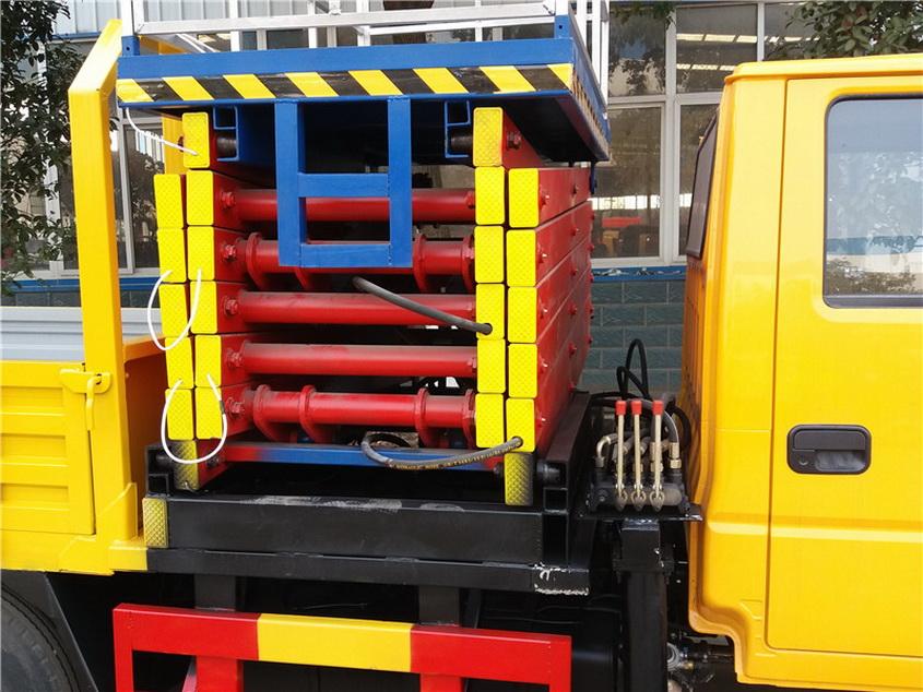 通讯安装高空维修车生产厂家升降机全程升起,在这方位时,液压地上应高出箱底40~50毫米。