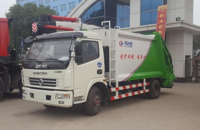 5吨垃圾压缩车生产厂家以免腐蚀箱体和汽车底盘,以及防止行驶过程向路边漏洒污水,有效的防止了二次污染。