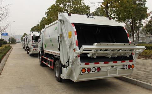 后装式压缩垃圾车660升挂桶翻转工作