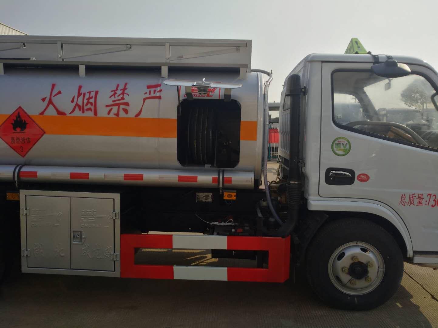 多利卡加油車4噸圖片