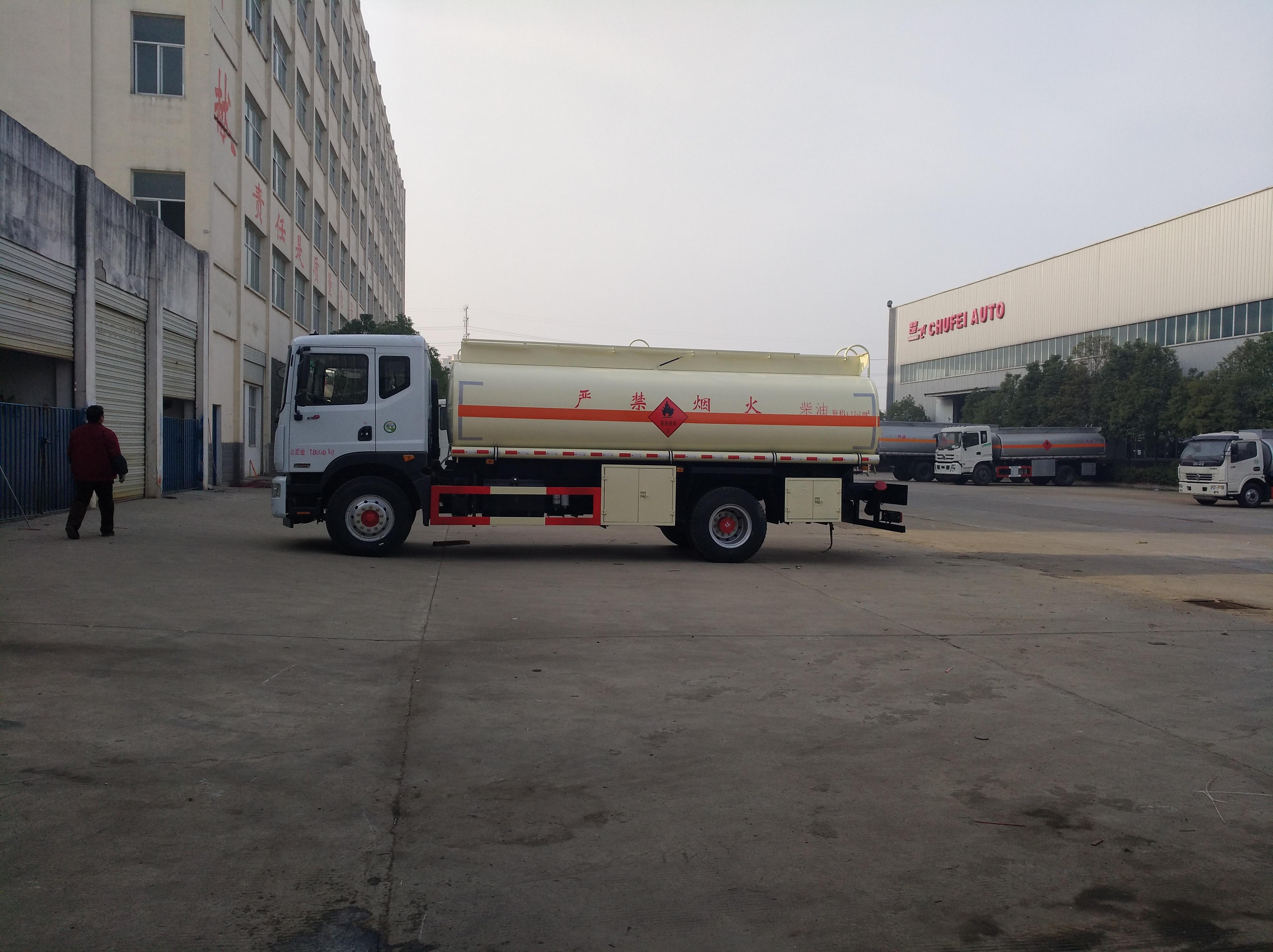 多利卡D9油罐車