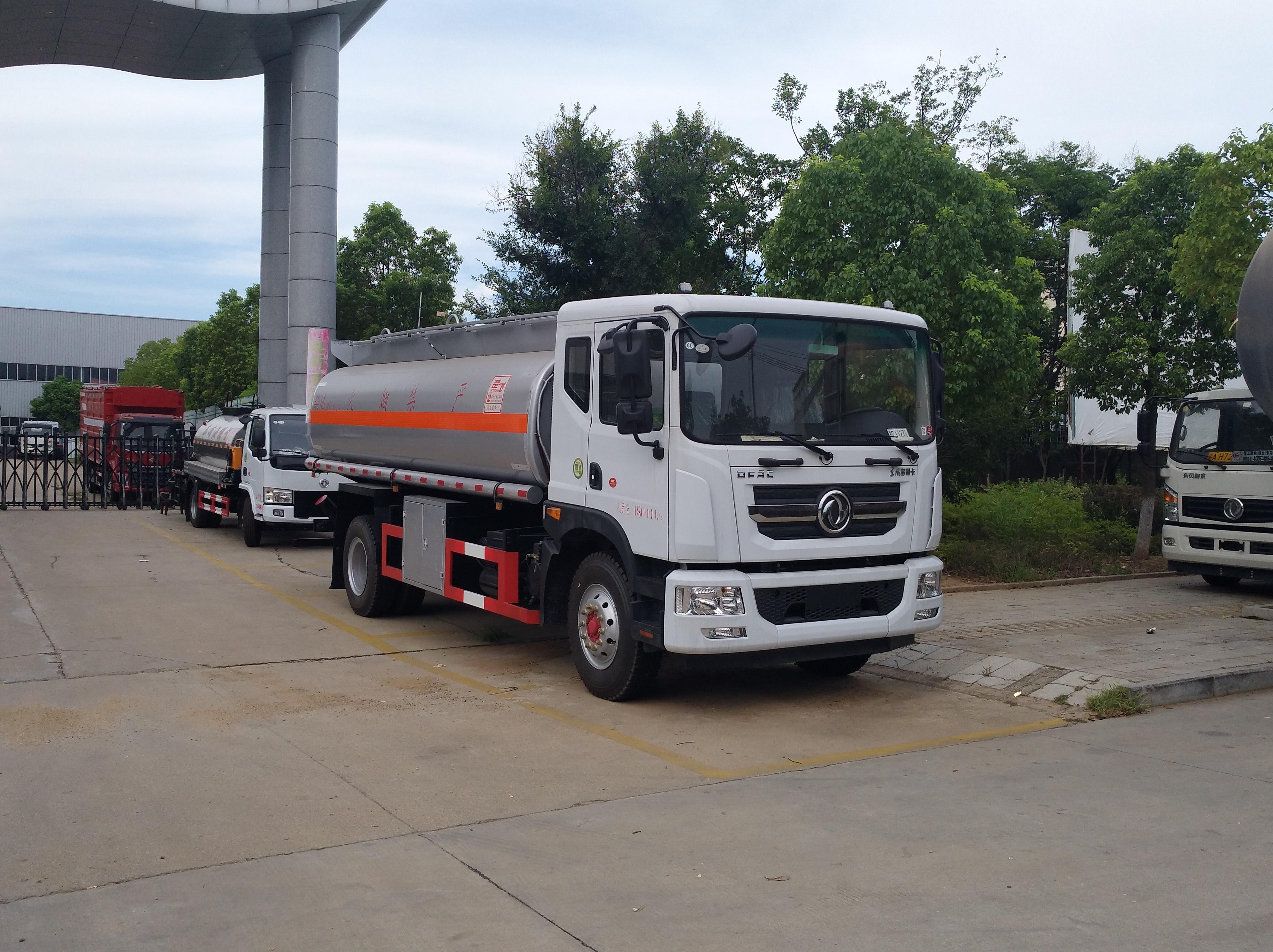 东风多利卡D9运油车10吨6缸180马力