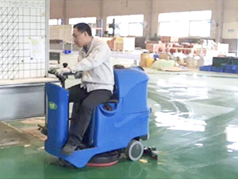 新能源电动车单刷盘驾驶式洗地车 电动扫路车
