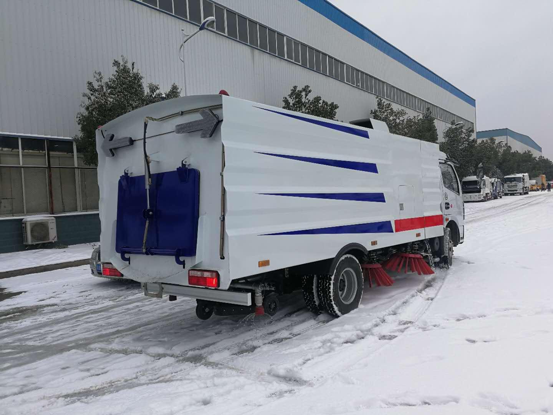东风小多利卡5方扫路车清扫雨雪路面视频视频