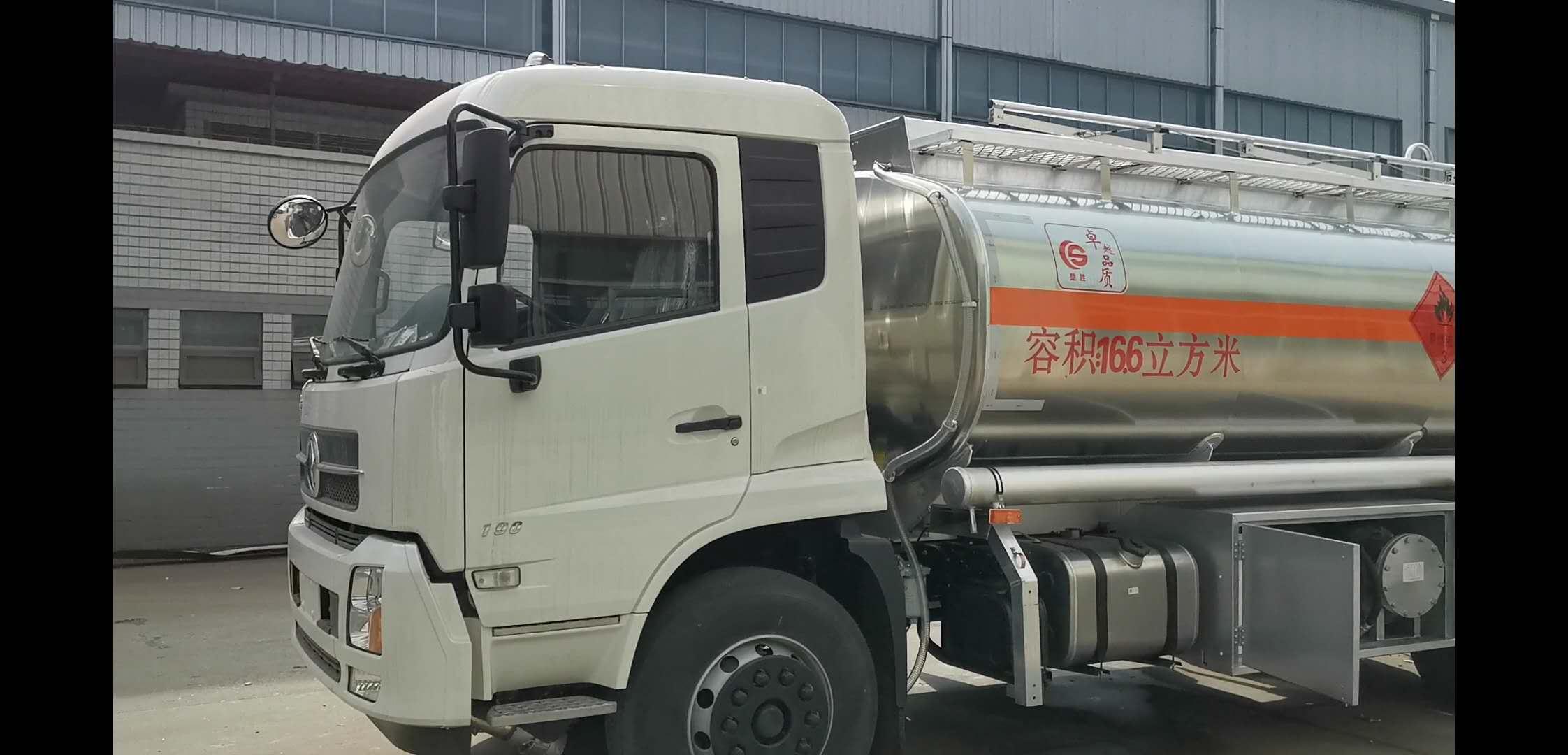东风天锦罐合金15吨加油车视频