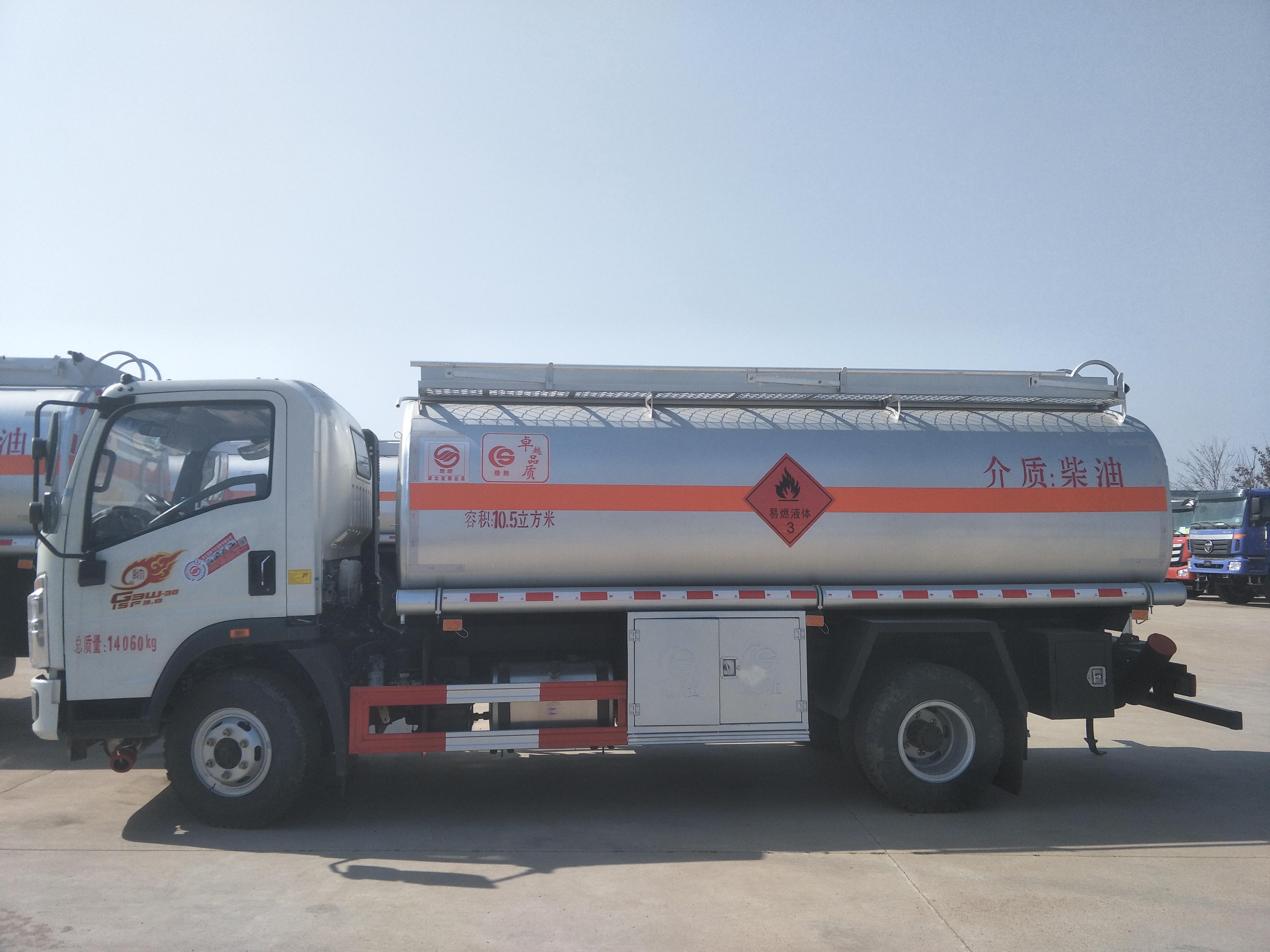 豪沃滿載10噸油罐車廠家直銷 包上戶 可分期圖片