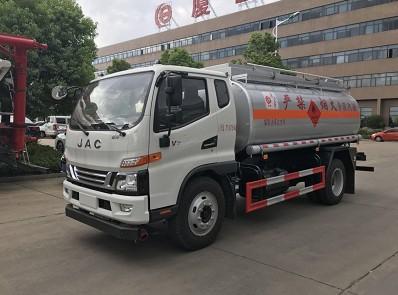 8吨江淮新骏铃油罐车