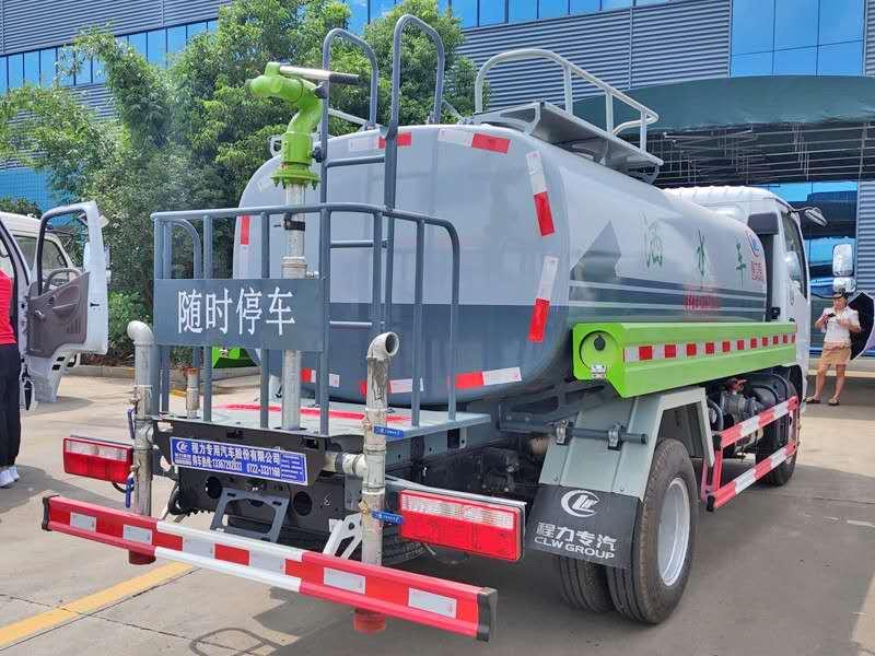 东风多利卡新款5吨洒水车图片