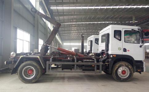 东风大多利卡车厢可卸式垃圾车 勾臂垃圾车装车视频视频
