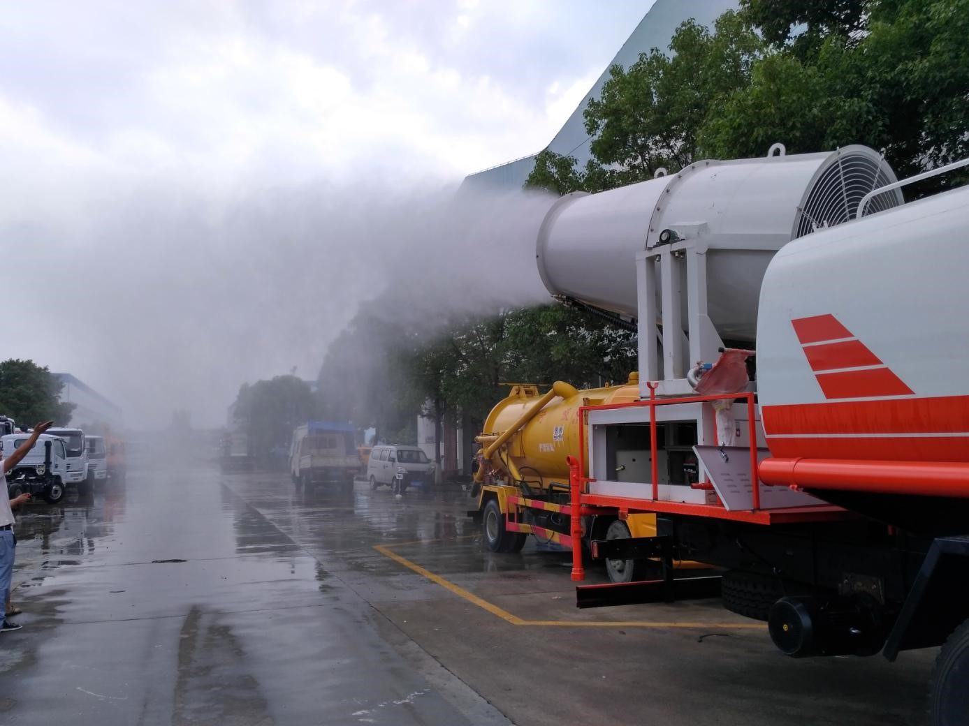 东风随专后双桥16吨雾炮车