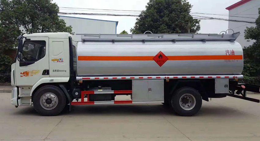 柳汽乘龙15吨加油车左侧照