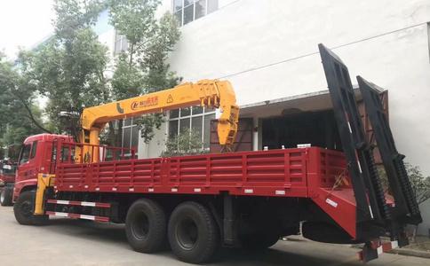 东风后八轮12吨随车吊带爬梯视频