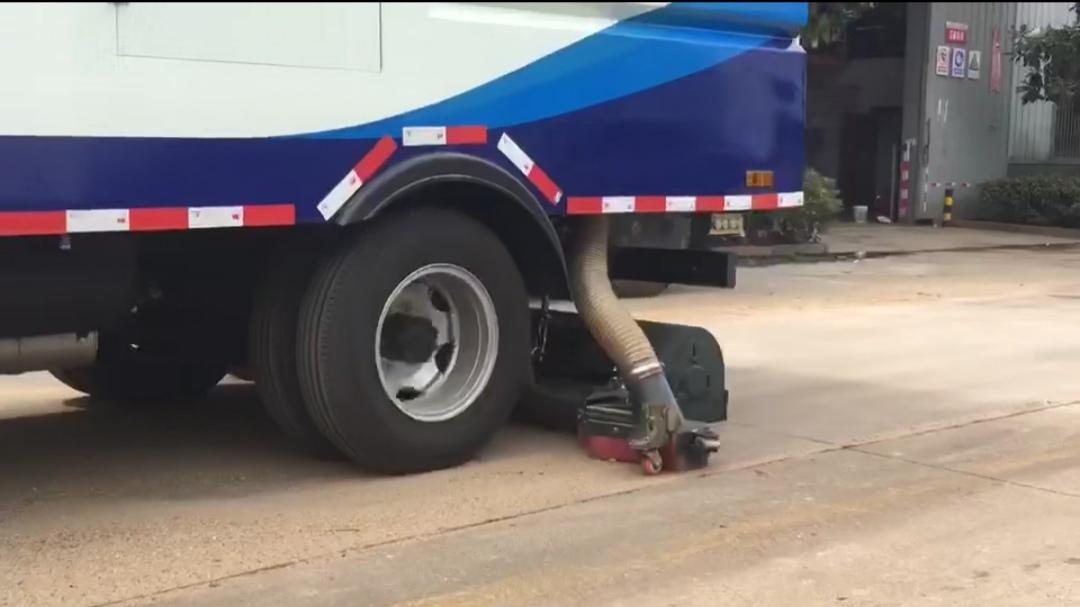 干干净净——后置滚扫小多利卡5吨吸尘车