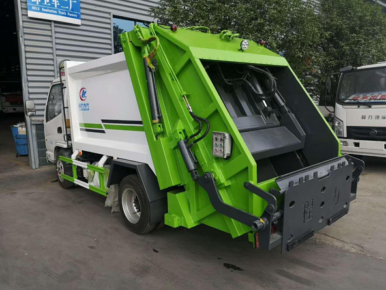 5方凯马蓝牌压缩垃圾车,选用潍柴110马力发动机,带原厂空调和方向助力,大量现车出售!视频