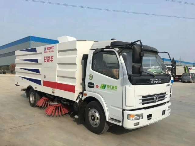 东风5吨扫路车,发往河北邯郸。应客户客户需求,加装前后喷雾