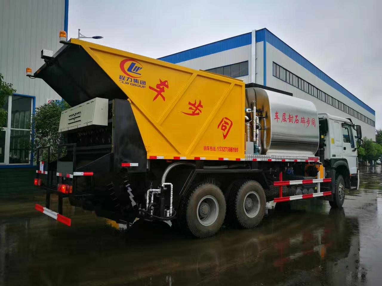 中國重汽后雙橋全智能同步碎石封層車作業效果