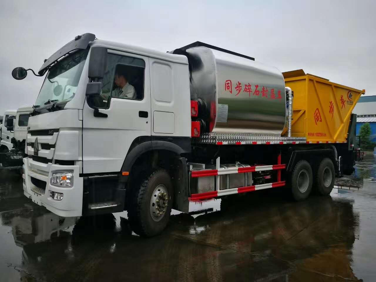 中國重汽瀝青碎石同步封層車在鄉鎮公路上一次性施工4.5米作業效果