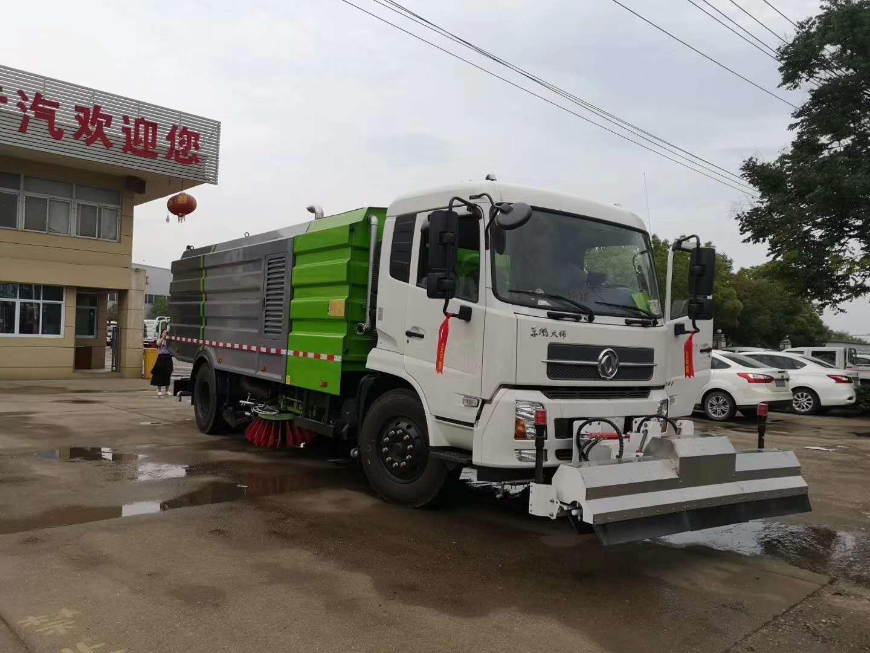 東風大多利卡8噸洗掃車,前部加裝高壓清洗裝置