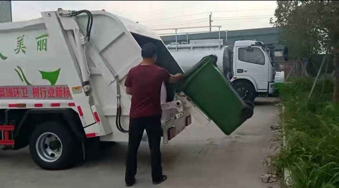 壓縮垃圾車最后調試掛通垃圾傾倒