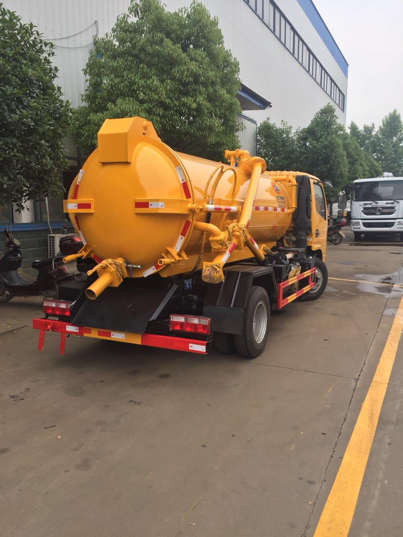 天锦清洗吸污车做最后调试,该车配备大流量进口高压泵,和进口意大利进口JUROP吸污泵。图片