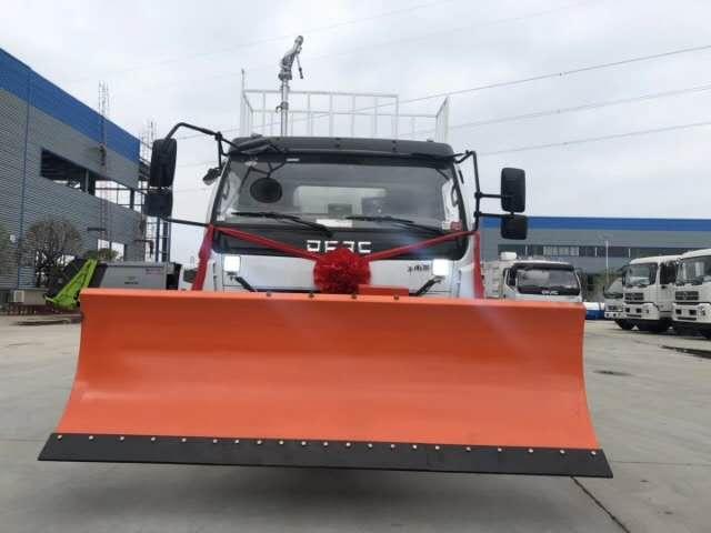 东风天锦扫路车,前部加装除雪铲