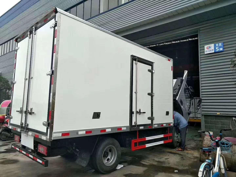 东风天锦小三轴9.6米厢长冷藏车视频