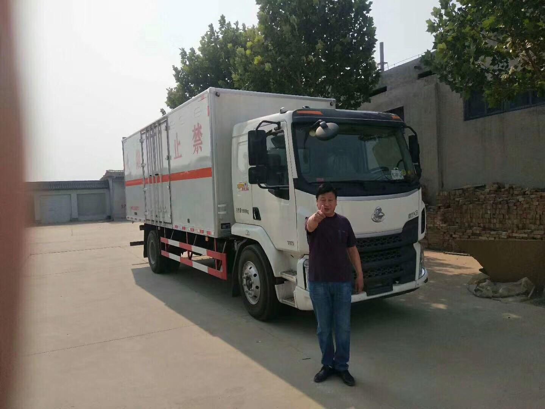 東風柳汽6.8米危險品運輸車客戶提車記錄表圖片