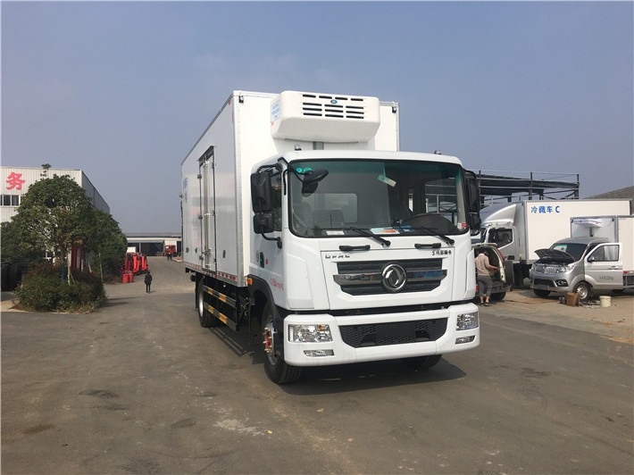 东风多利卡D9 6.8米冷藏车