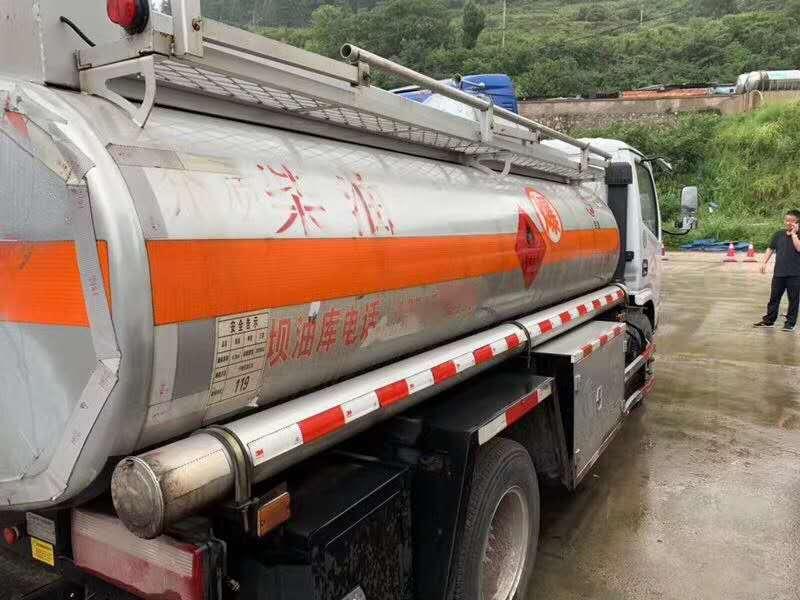 帮客户代卖二手5吨东风加油车图片