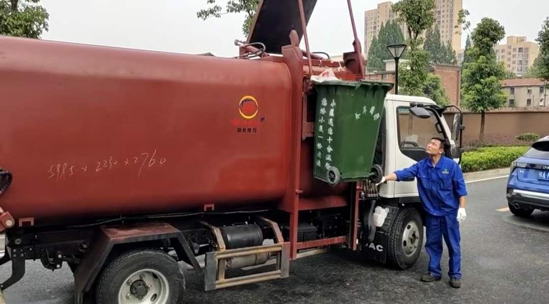 新式江淮蓝牌侧装压缩垃圾车,能装240升的垃圾桶110桶,后门滴水不漏,效果良好,值得推荐。视频