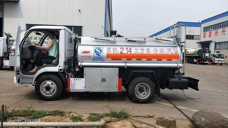 东风多利卡2吨油罐车   唯一能上户不超重蓝牌加油车视频