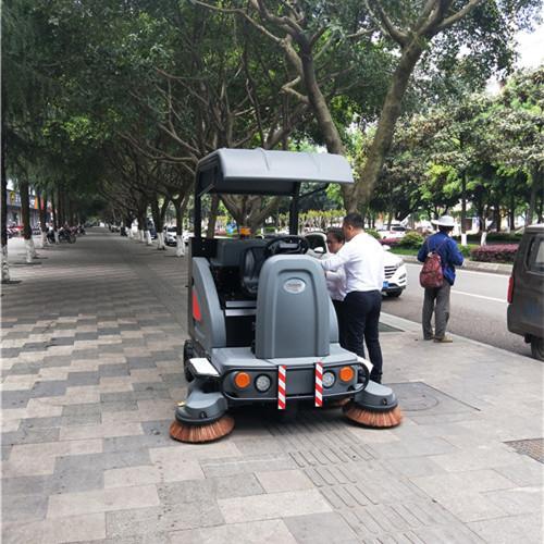 重庆金和的驾驶式扫地车轻松上下坡和不平地面视频