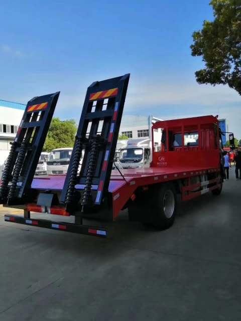 解放J6单桥平板运输车:J6L平顶排半驾驶室、180马力、8档变速箱、237双层大梁、378后桥、900钢丝胎、轴距5米、外形尺寸9000*2500*2850板长6.8米、全国各地上户无忧!随到随提、