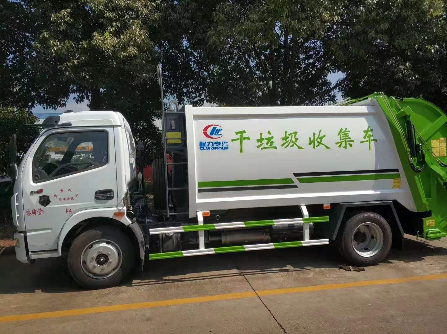 两台东风压缩垃圾车发车3