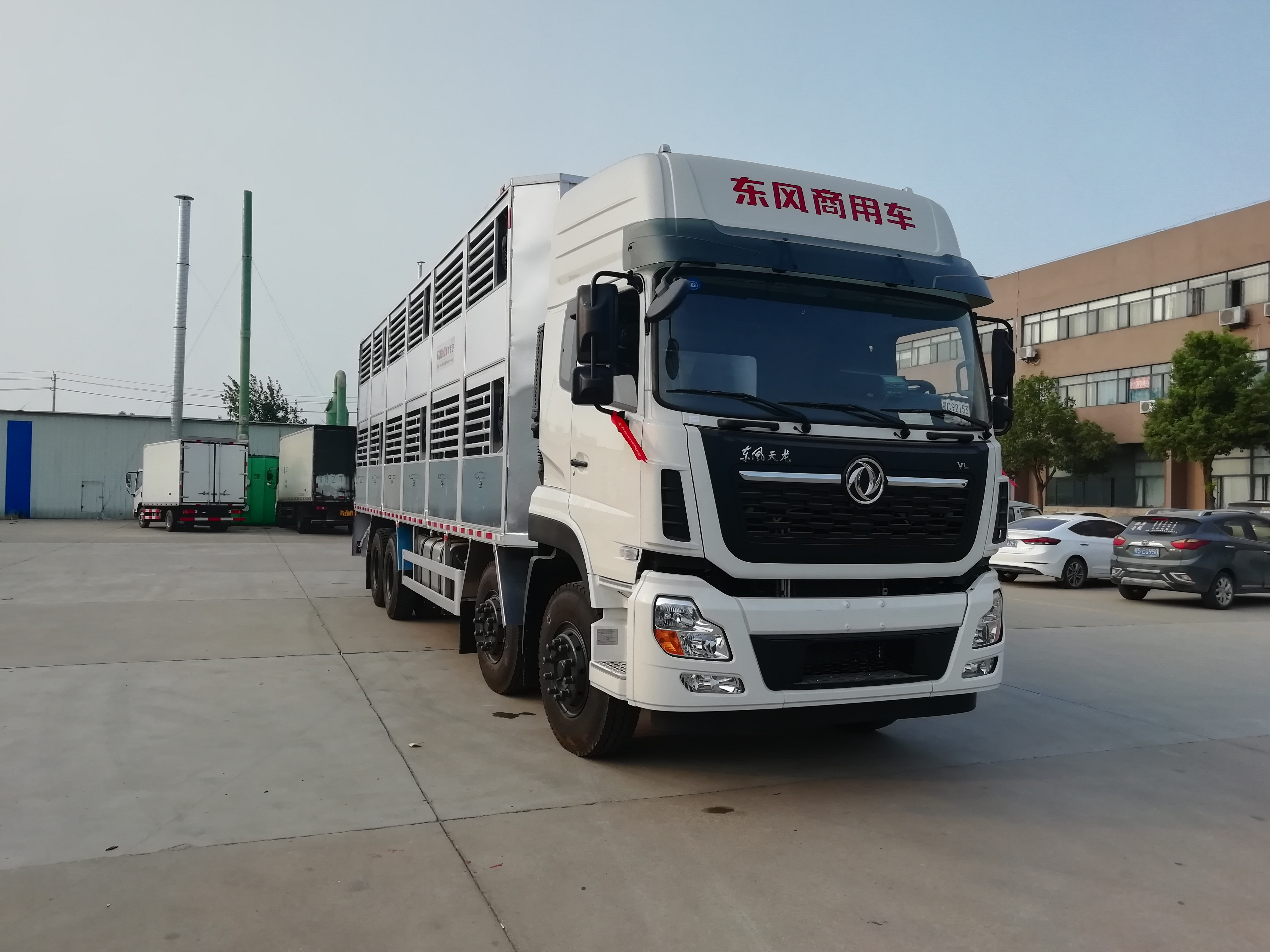 小猪运输车多少钱?东风天龙畜禽运输车价格图片