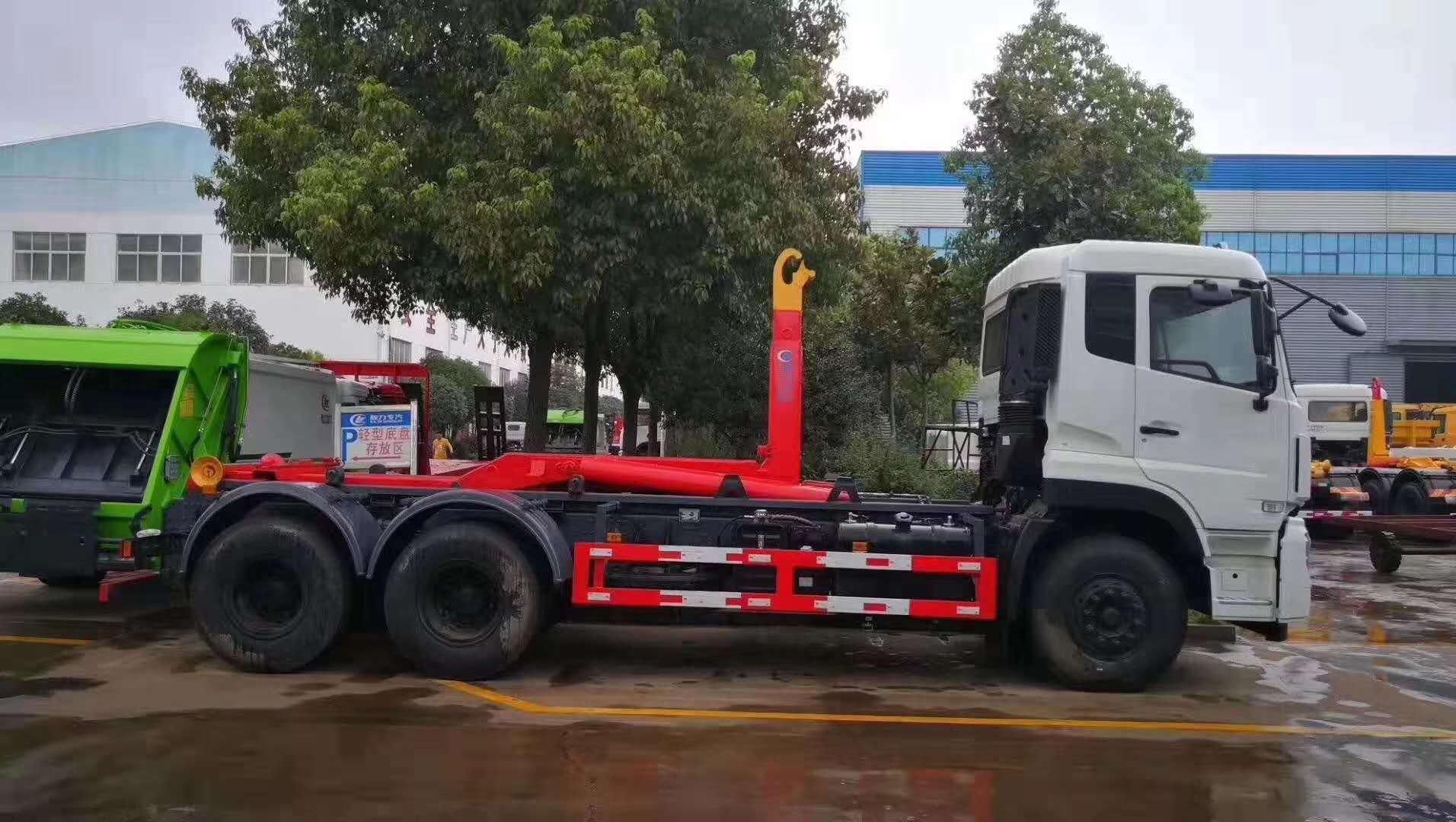 东风天龙6X4后八轮勾臂垃圾车图片