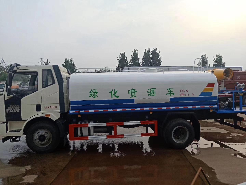 国五解放15吨洒水车带30米柴油机雾炮图片