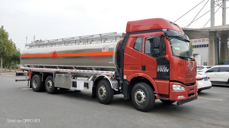 解放前四后六鋁合金運油車額定載20.2噸油罐車拋銷