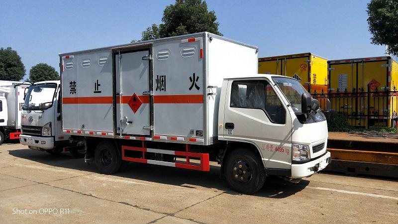 江铃4米2易燃液体厢式运输车工厂冲量直销价配置视频