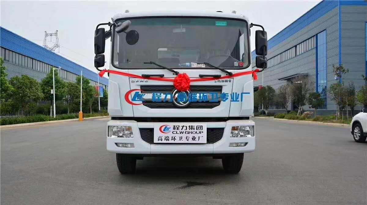 国五天锦对接式垃圾车,加装翼展开启,装载垃圾更方便。