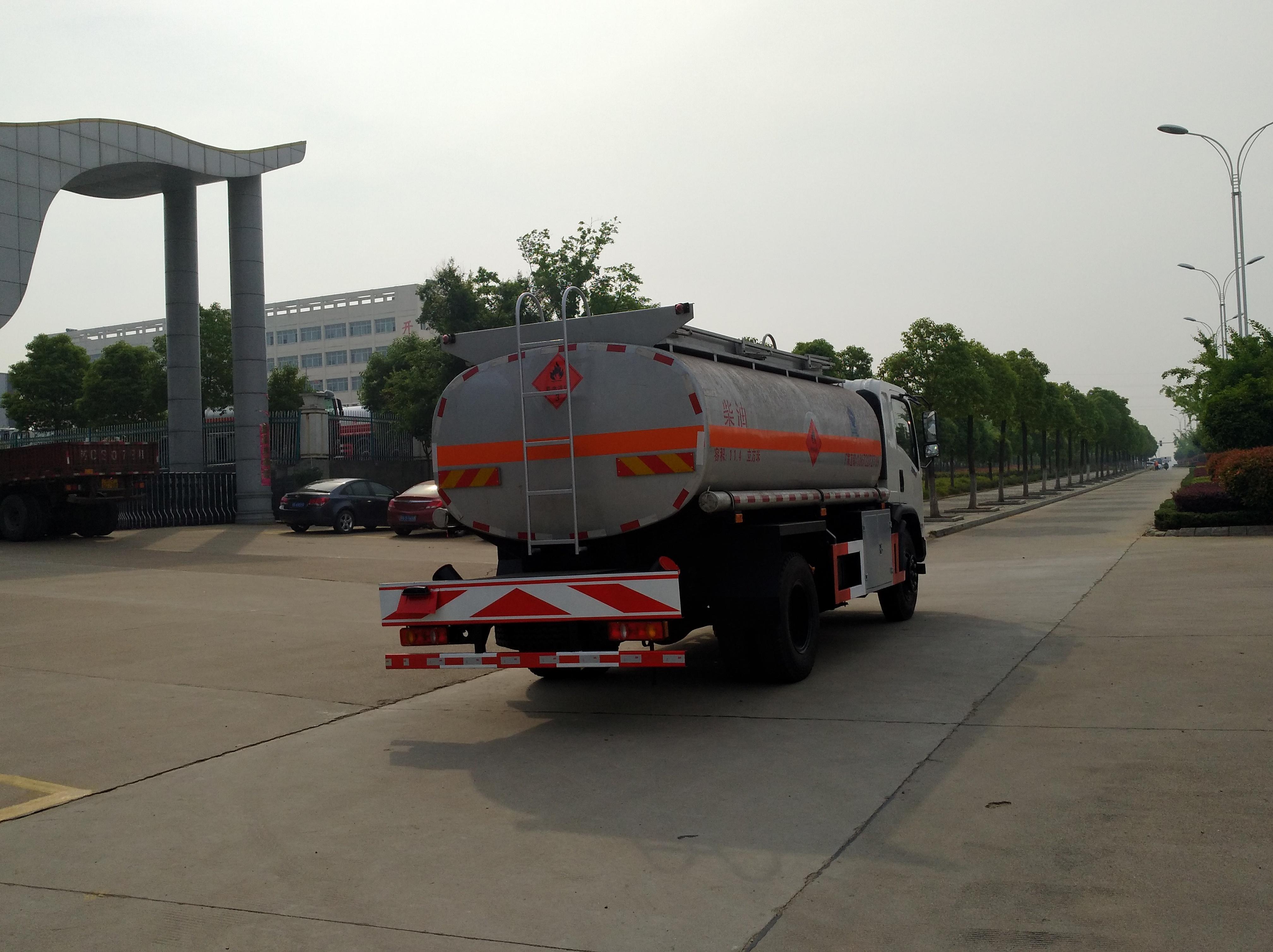 东风御虎8吨油罐车