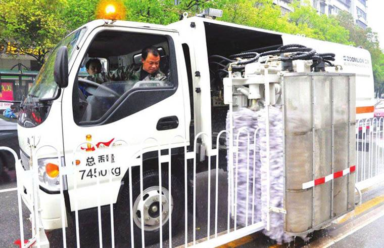 東風多利卡護欄清洗車智能城市環衛工效率高安全可靠