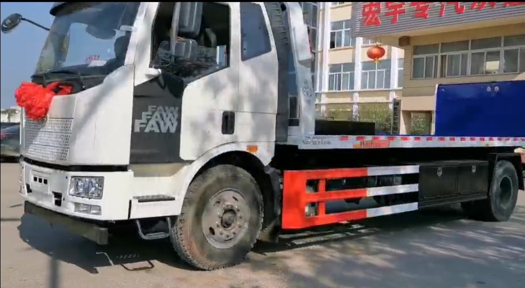 解放清障車解放拖車配10噸大平板價格優惠中
