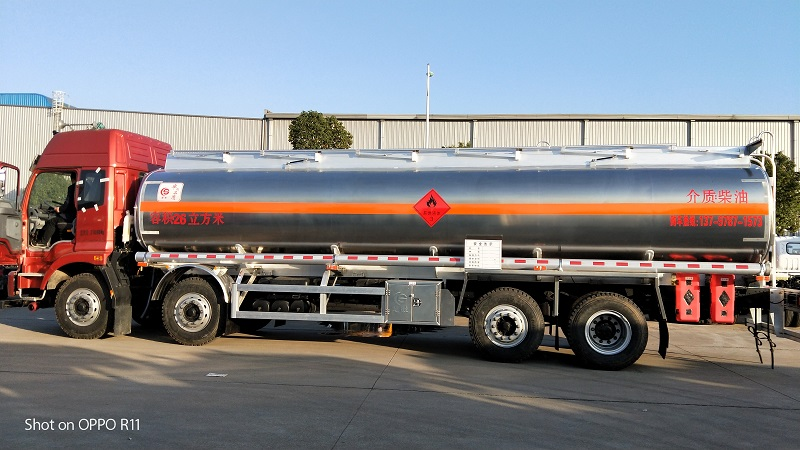 额载20吨欧曼前四后六铝合金油罐车 柴油介质26方 视频