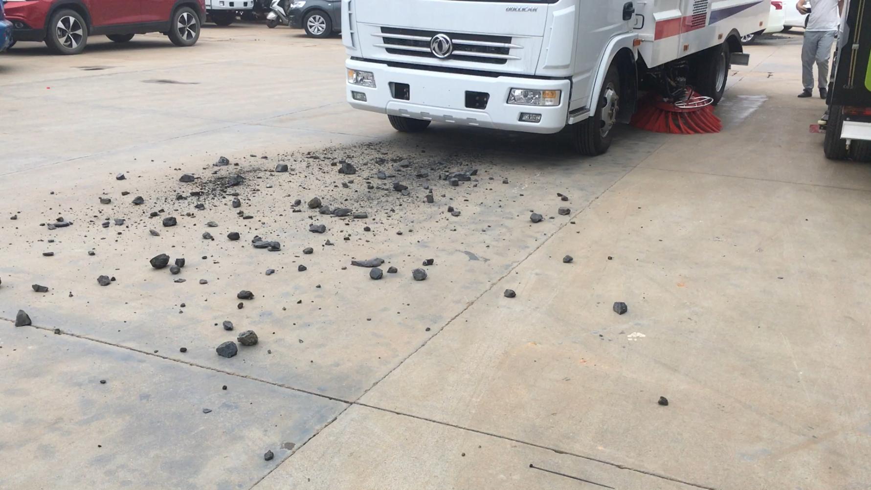 多利卡扫路车扫石块垃圾的工作视频