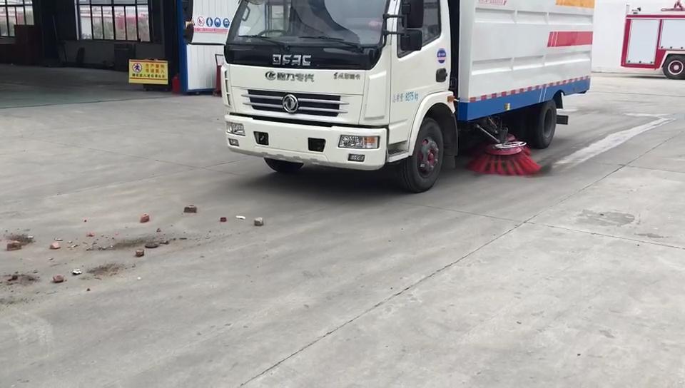 程力威5方扫路车清扫石块沙子的工作视频